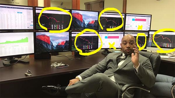 Burlão a mostrar escritório da fraude Trade Coin Club