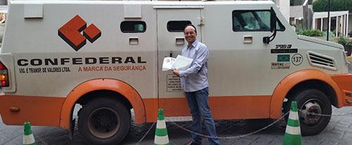 Um dos sócios da PayDiamond, Carlos Luiz, tirou foto frente a carro forte para parecer que existe negócio dos diamantes.